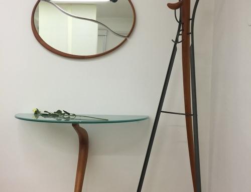 Garderobeständer und Glastisch